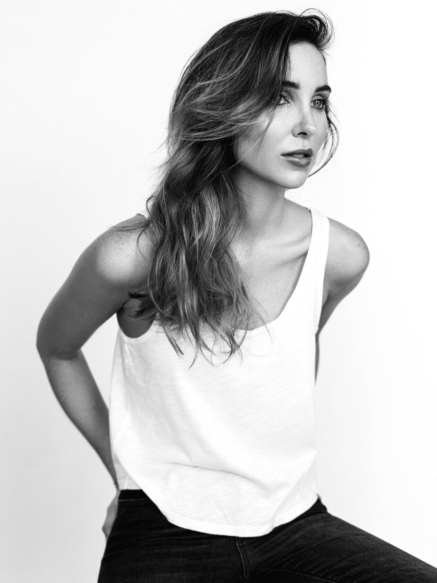 Photographe photo casting pour acteur et comédien à Montréal. Photo portrait en noir et blanc de Jessie nadeau, en lumière nautrelle en studio.