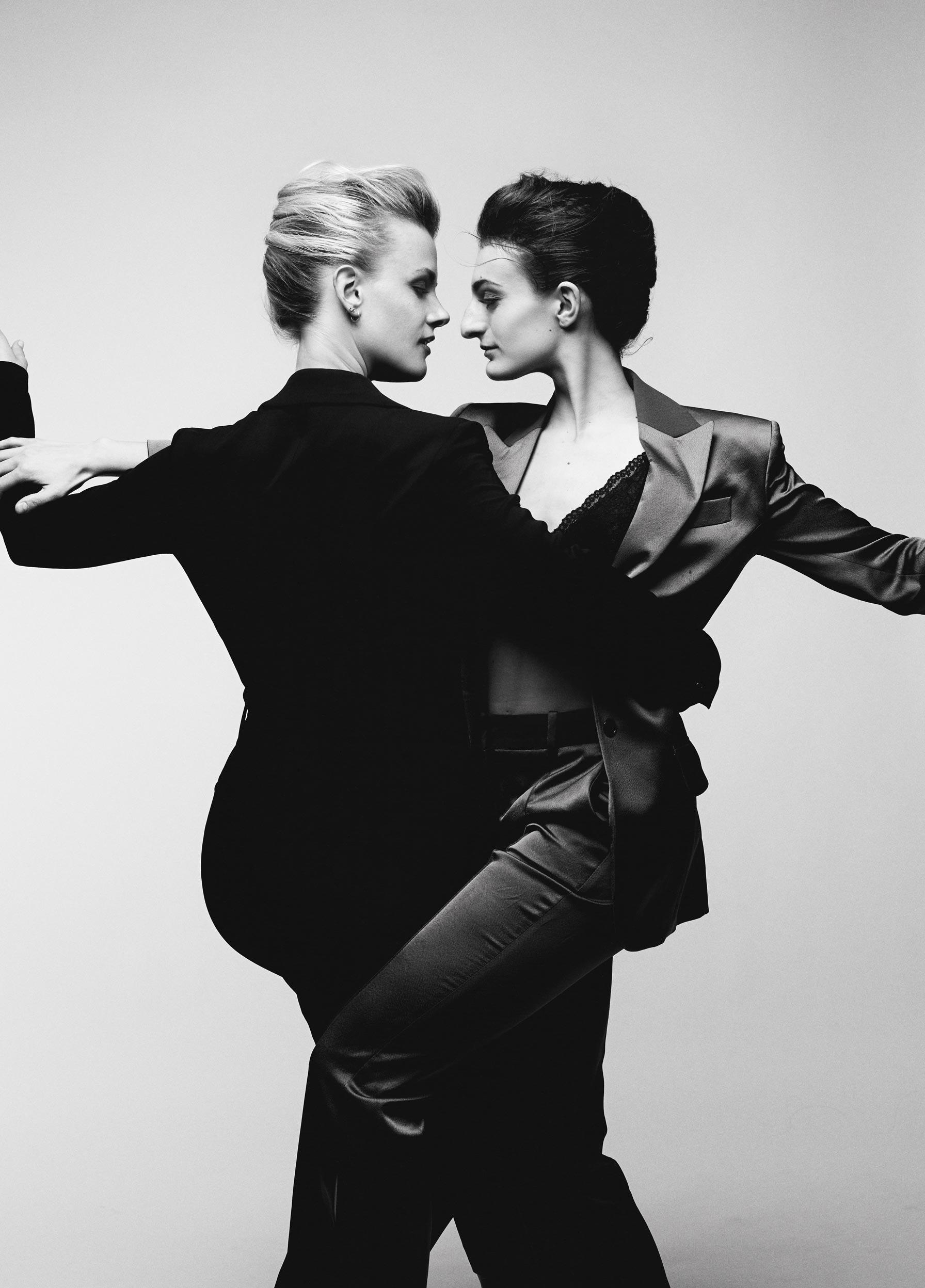Séance photo de couple en duo avec photographe professionnelle. Portrait noir et blanc de Gabriella Papadakis et Madison Hubbell athlètes olympique danse sur glace.