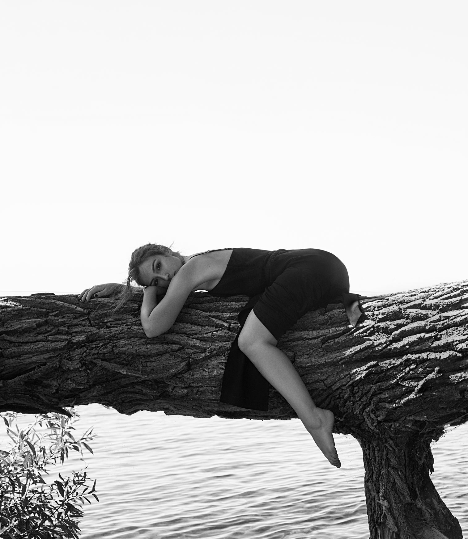 Photo session in nature by the St. Lawrence River with celebrity Cynthia Dulude. Photographed by Dariane Sanche.
