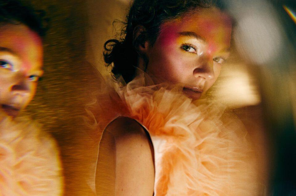 Portrait artistique photo utilisant un prisme pour créer des effets spéciaux sur les photos.