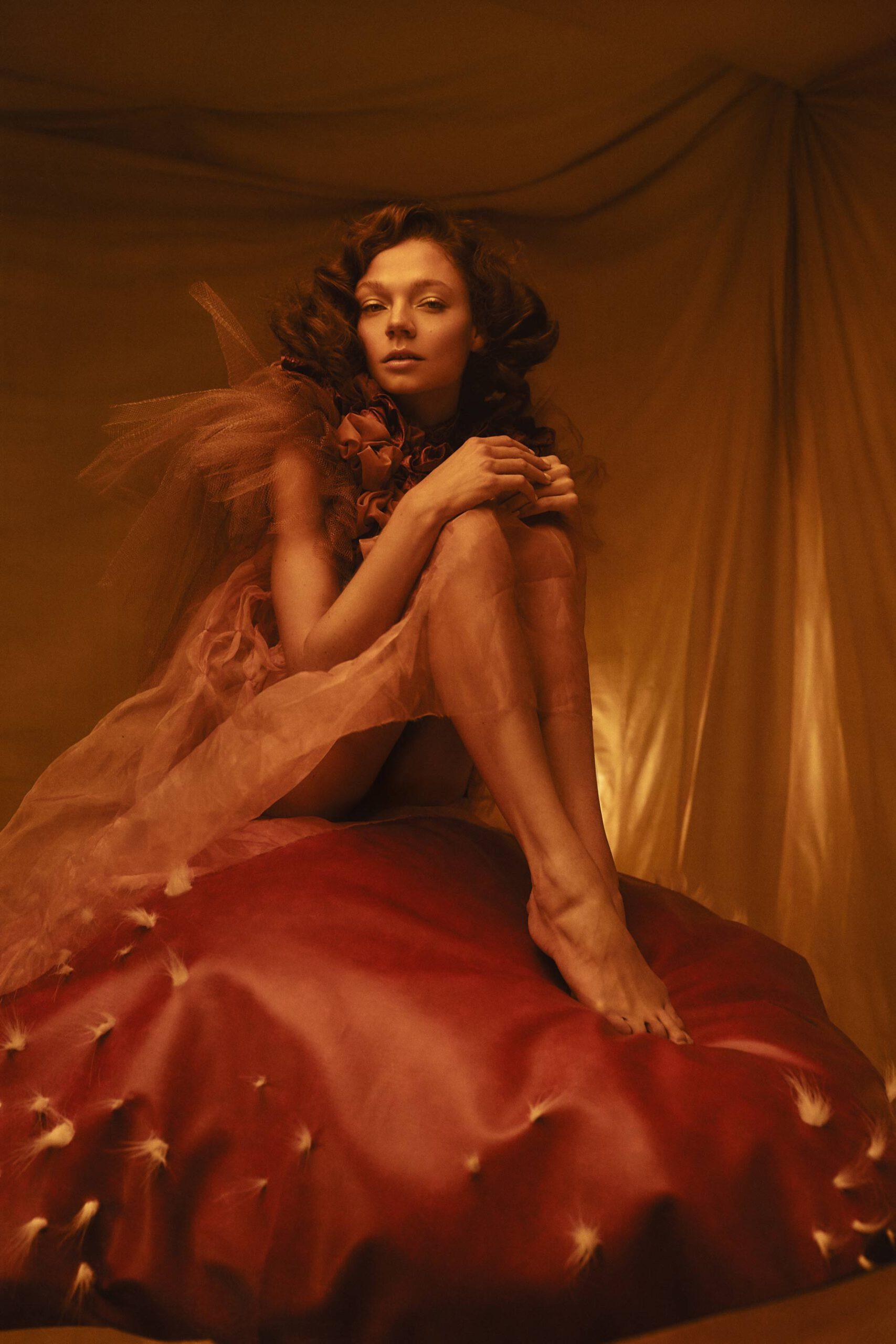 Photographe professionnel artistique et créatif. Portrait d'une femme assise sur un champignon géant