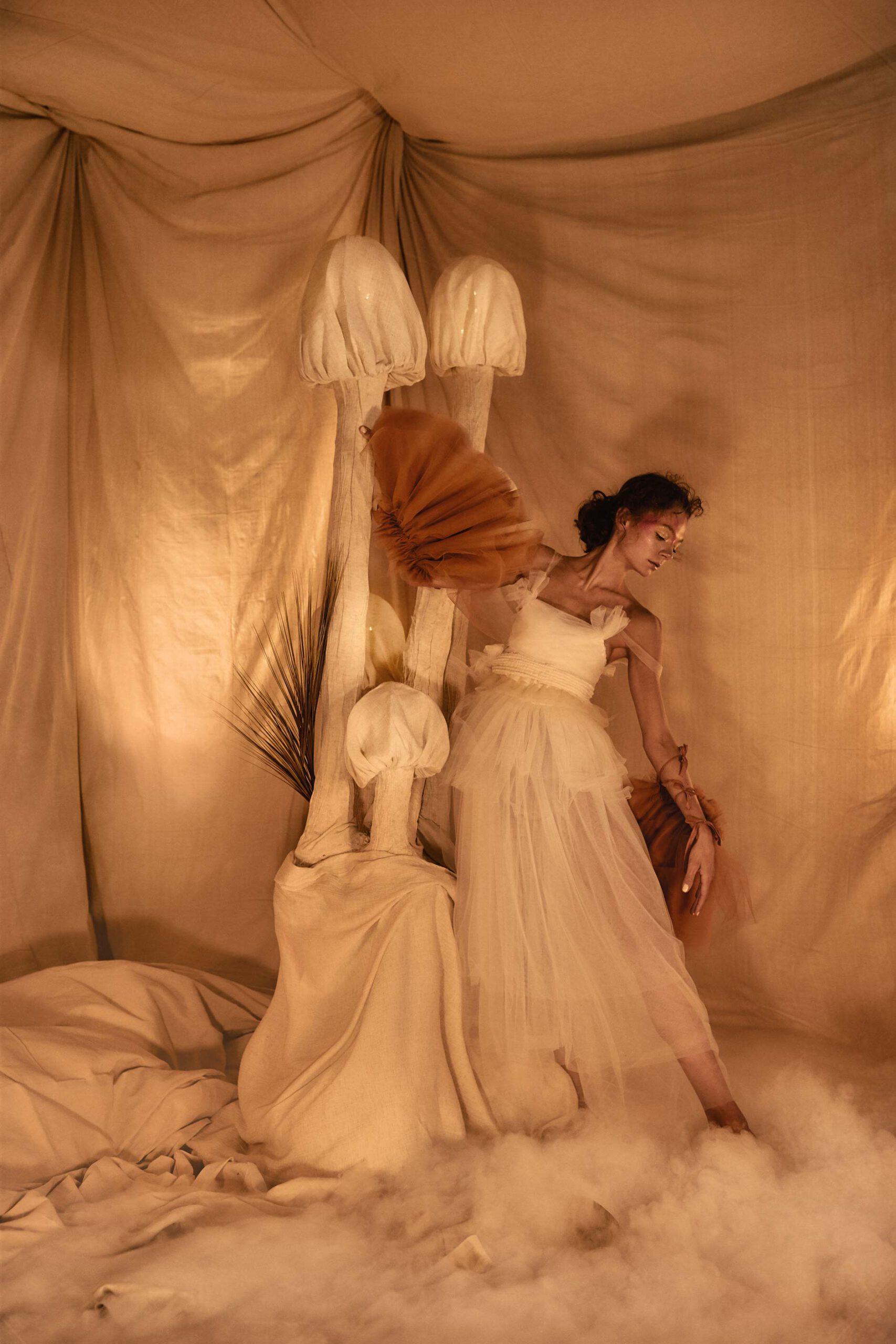 Photoshoot artistique en studio avec machine a fumé et glace sèche. Fabrication de décros de scène pour séance photo.