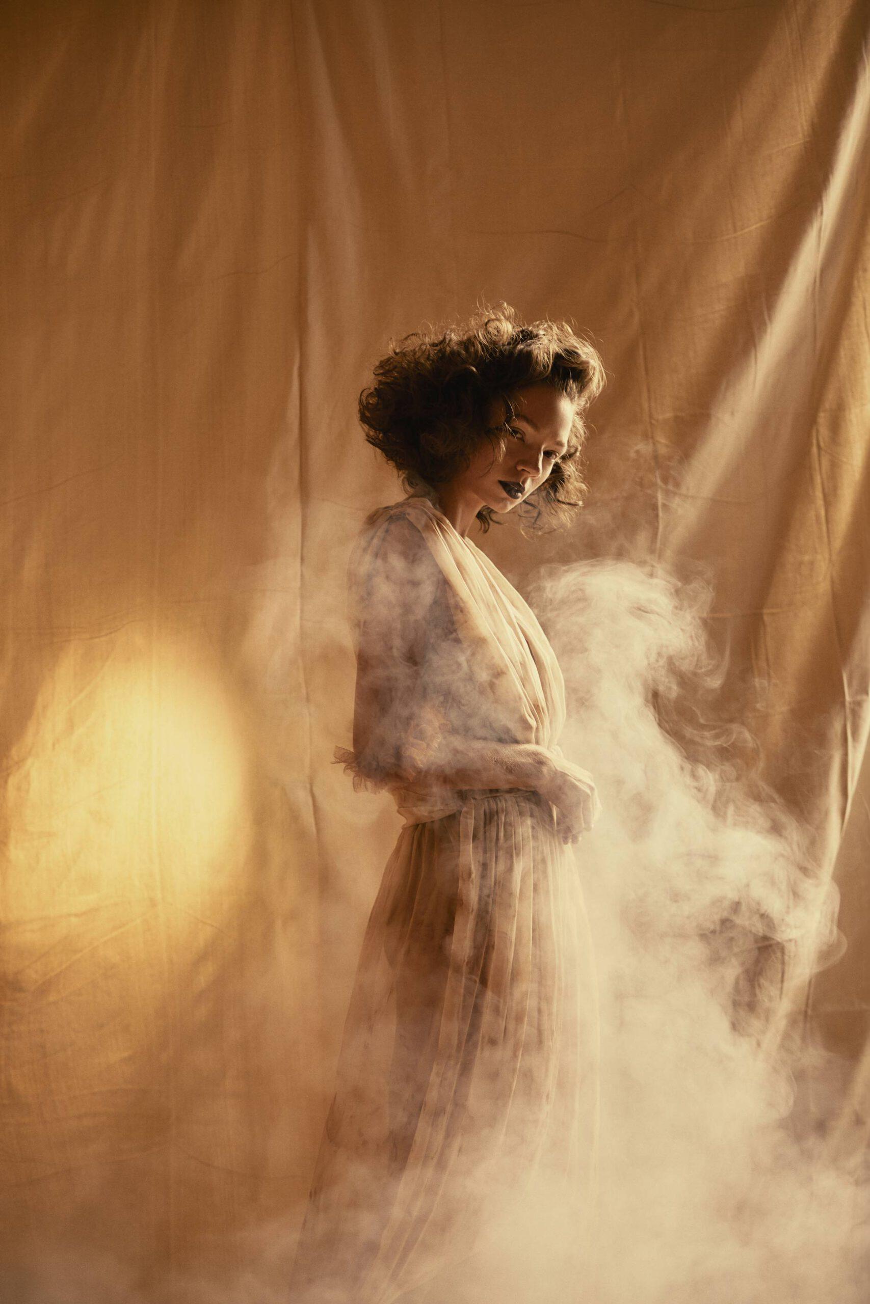 Dariane Sanche photographe professionnelle spécialisée en photographie artistique. Photo portrait en studio d'une mannequin dans la fumée.
