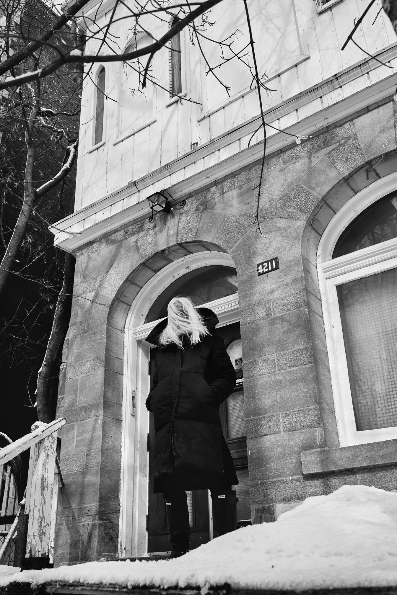 Portrait de l'artiste sculpteur Armand Vaillancourt devant sa maison de montreal au 4211