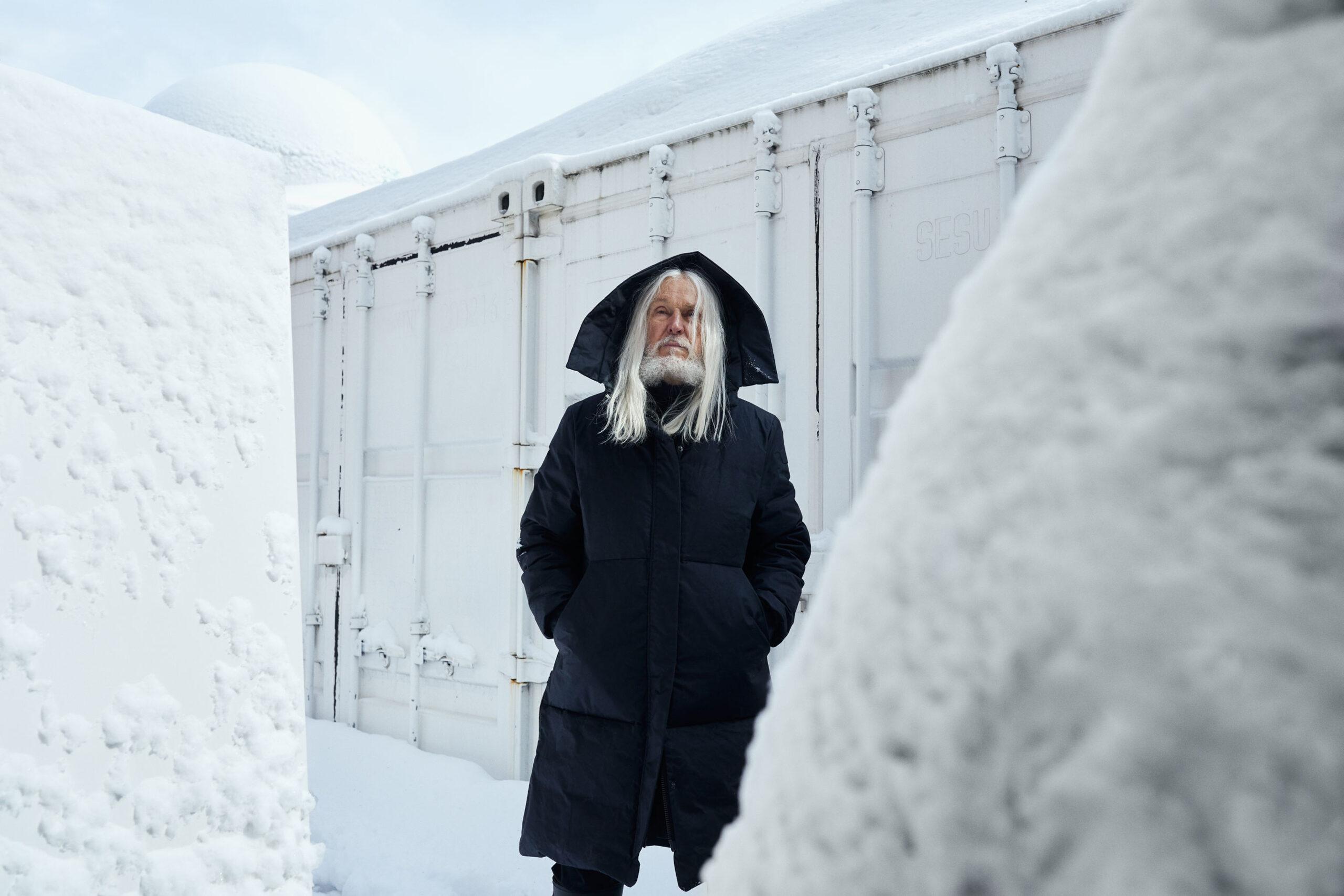 Photo sculpteur Armand Vaillancourt dans son arrière court de sa résidence de Montreal.