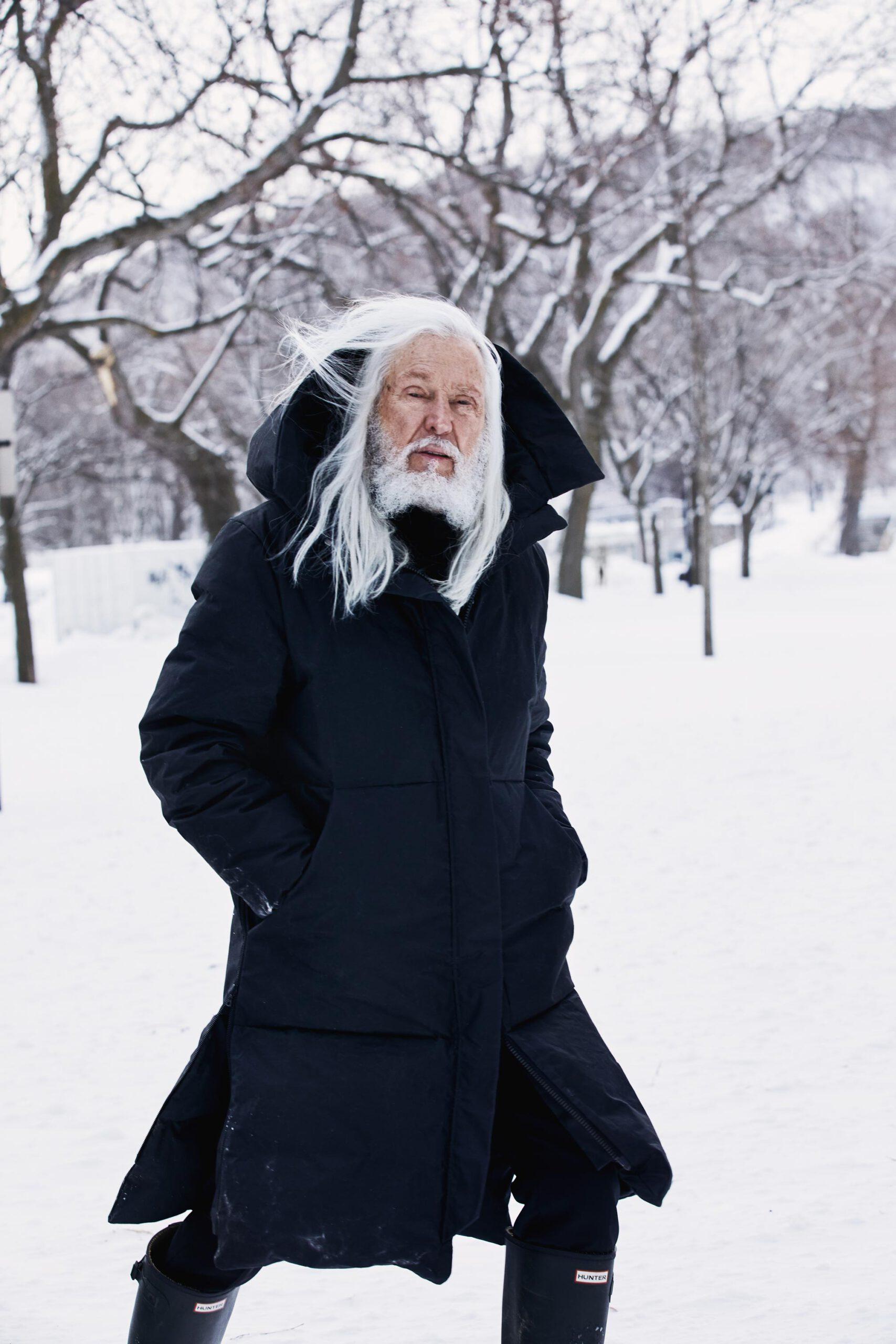 Armand Vaillancourt dans la neige hiver parc du mont royal