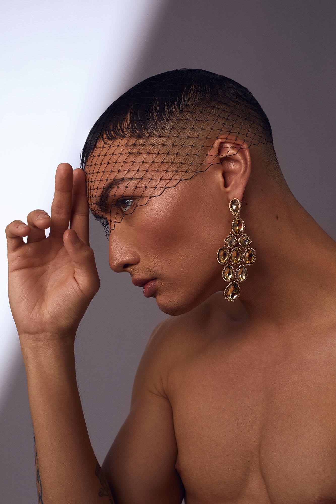 Maquillage-beaute-feminin-sur-mannequin-homme